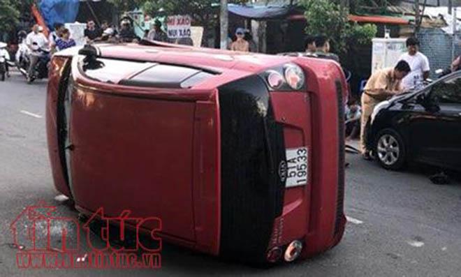 Thanh niên 17 tuổi điều khiển ô tô gây tai nạn lật nghiêng trên đường