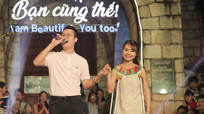 Xúc động hình ảnh Hoàng Bách hát với cô gái đi trên đôi nạng