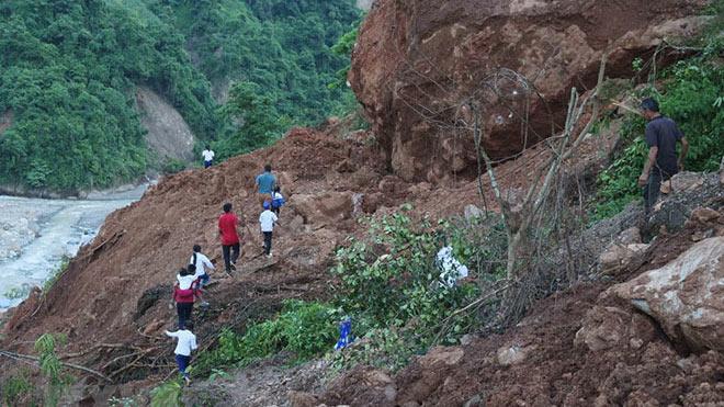 Nhói lòng cảnh học sinh tiểu học phải 'cắt núi'đến trường