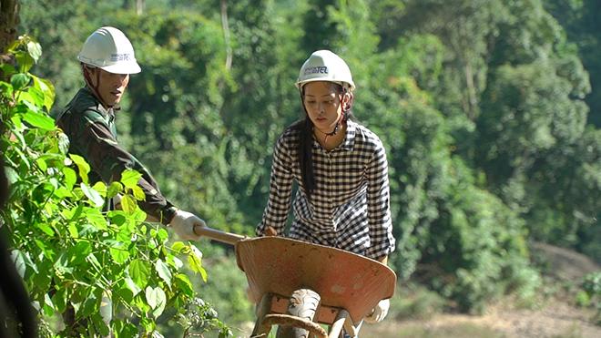 Hoa hậu Trần Tiểu Vy đẩy xe đất, đào giếng cho bà con bản Nịu