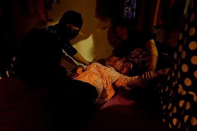 'Quỳnh búp bê' tập 18: Lan bị 4 gã đàn ông bịt miệng, cưỡng hiếp ngay trong tiệm may