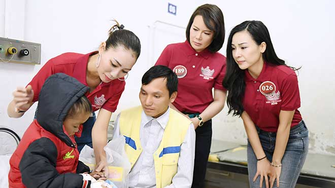 Thí sinh Mrs Vietnam 2018 xúc động khi gặp những bệnh nhi bị tim bẩm sinh