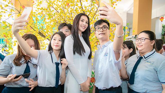Hoa hậu TrầnTiểu Vy được fan vây kín khi về thăm trường cấp 3