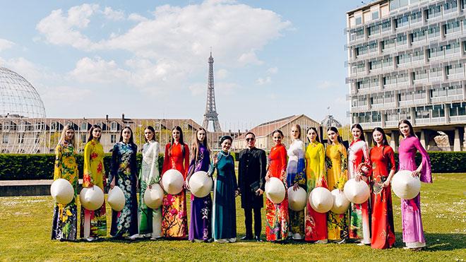 NTK Đỗ Trịnh Hoài Nam khoe bộ sưu tập '12 mùa hoa' và 'tranh Đông Hồ' trên đất Pháp