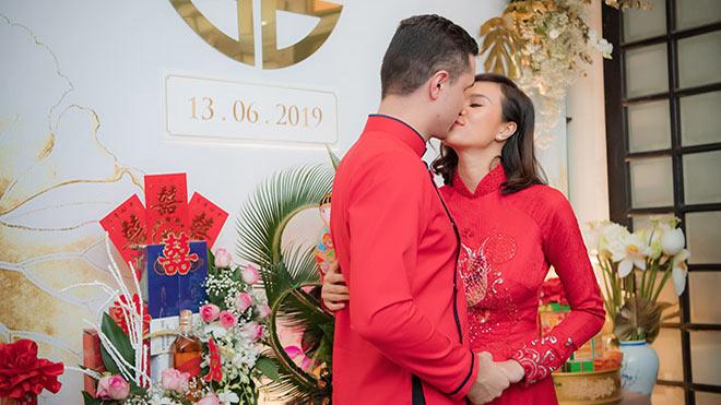 Vợ chồng siêu mẫu Phương Mai hôn nhau đắm đuối trong lễ ăn hỏi