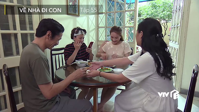 'Về nhà đi con' tập 55: Cả gia đình Thư bất ngờ biết chuyện Vũ đi công tác cùng Nhã