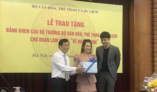 Đoàn phim 'Về nhà đi con' nhận Bằng khen của Bộ trưởng Bộ VHTT&DL