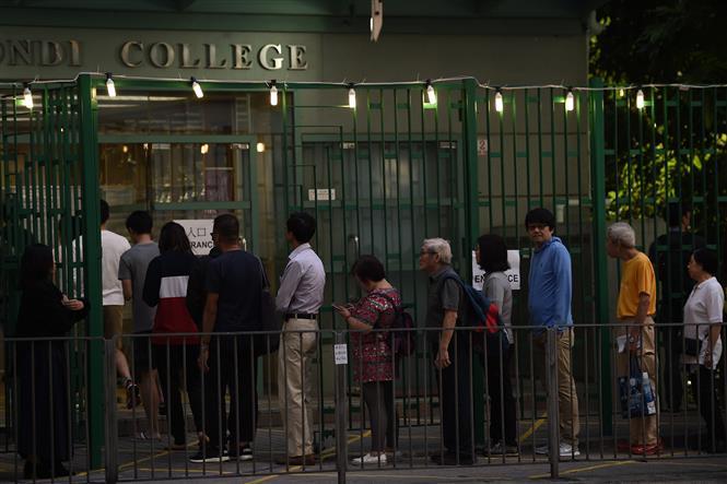 Người dân Hong Kong (Trung Quốc) đi bỏ phiếu bầu các thành viên hội đồng cấp quận