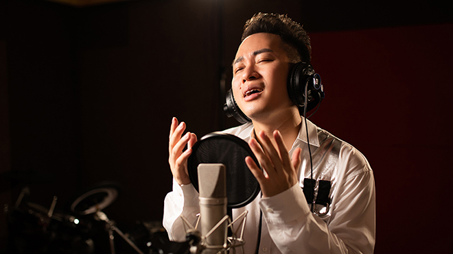 'Cảm ơn những trái tim yêu người': Tùng Dương hát tri ân các chiến sĩ áo trắng
