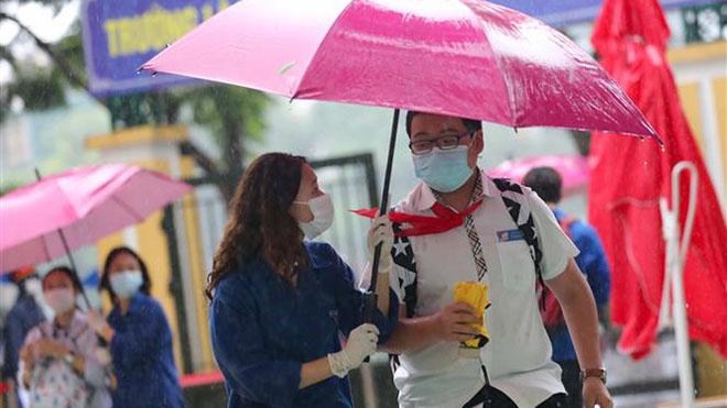 Ảnh hưởng bão số 2, thí sinh Hà Nội đội mưa đi vào lớp 10