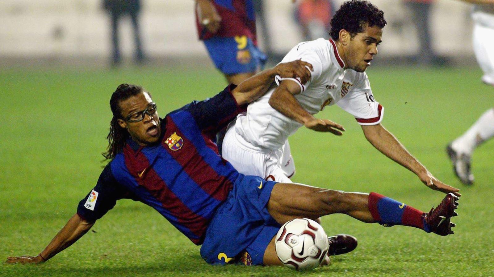 Edgar Davids tranh chấp bóng với Alves