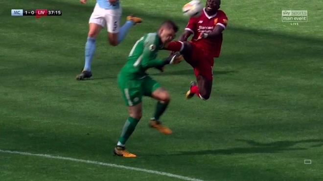 CẬN CẢNH pha vào bóng thô bạo của Mane khiến thủ môn Man City phải cấp cứu
