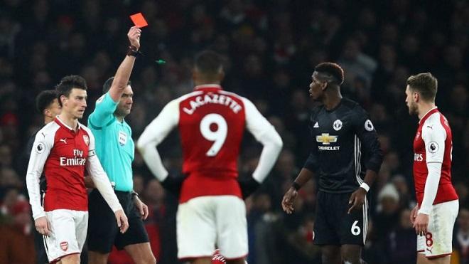Pogba bị đuổi, lỡ derby Manchester: Khi cả trợ lý trọng tài cũng sốc!
