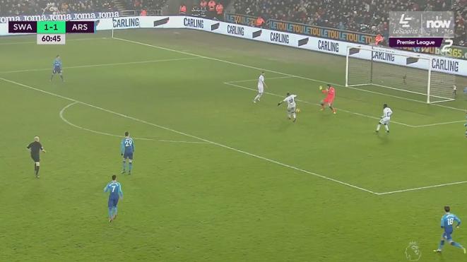 Petr Cech bị chê hết thời sau sai lầm không thể tin nổi trước Swansea