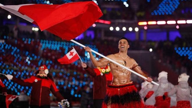 VĐV gây sốt với màn cởi trần cầm cờ dưới cái lạnh âm 3 độ C ở Olympic mùa Đông 2018