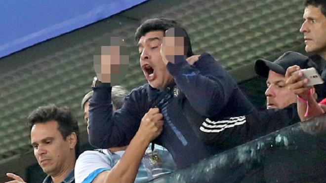 Diego Maradona gây phẫn nộ vì giơ 'ngón tay thối' và chửi thề sau khi Rojo ghi bàn