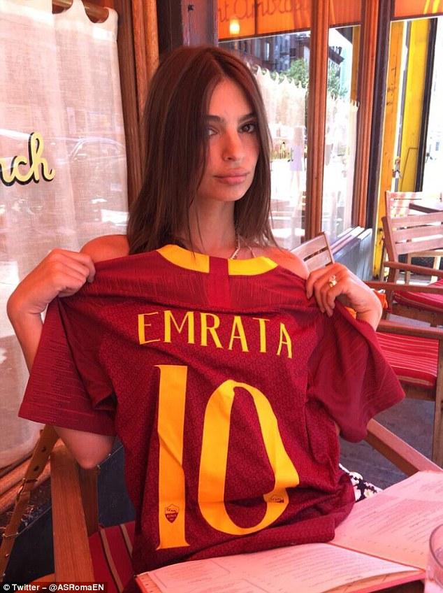Siêu mẫu nội y Emily Ratajkowski, Alisson, Juventus, AS Roma, Liverpool, ảnh nóng của Emily Ratajkowski, vẻ đẹp của Emily Ratajkowski