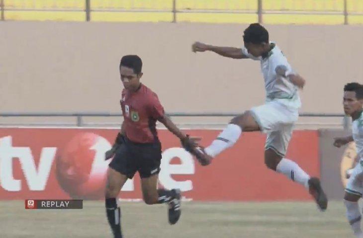 CẬP NHẬT tin tối 16/9: Cầu thủ Indonesia đánh trọng tài. Mourinho chê mái tóc của Smalling