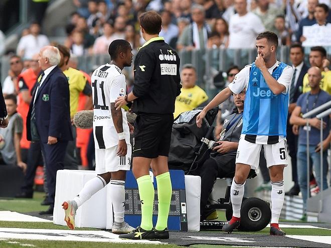 Douglas Costa đối diện án phạt nặng sau màn húc đầu và 'phun mưa' vào đối thủ