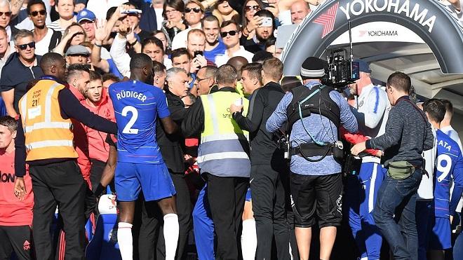 ẢNH CHẾ: Pep Guardiola bị lôi vào chuyện Mourinho đòi 'xử' trợ lý của Sarri