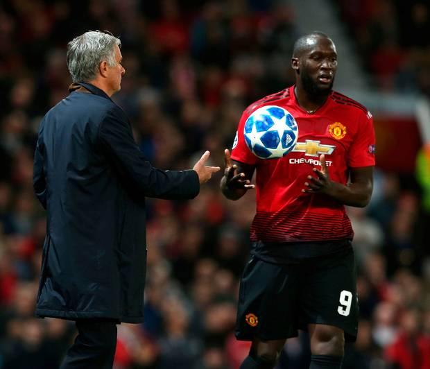 Lukaku quá cô đơn trên hàng công của M.U khi đồng đội không chịu chuyền bóng