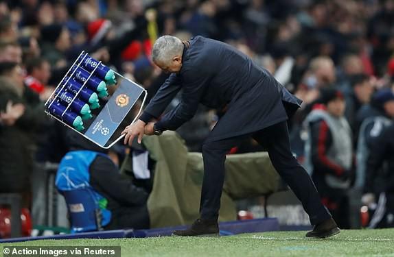 Mourinho quăng cả giỏ đựng chai nước ngoài đường biên sau khi Fellaini ghi bàn
