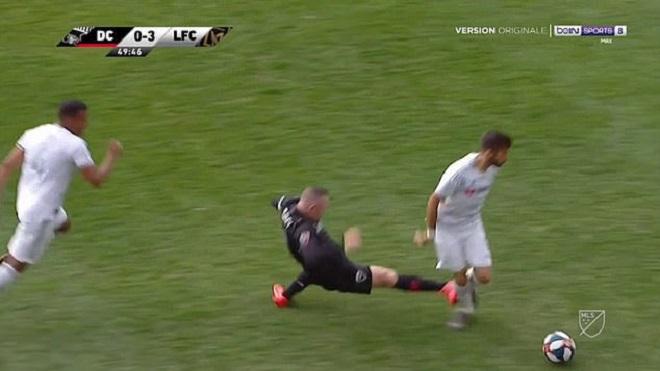 Đạp thẳng vào chân đối thủ, Wayne Rooney dính thẻ đỏ đầu tiên ở MLS