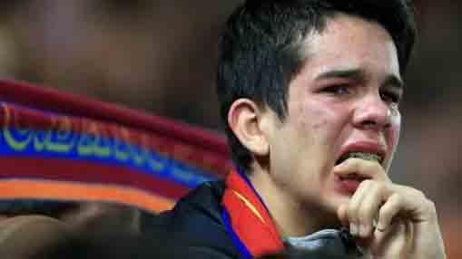 CĐV Barca khóc như mưa sau khi Messi và đồng đội thất thủ ở Anfield