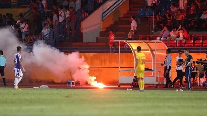 Bóng đá hôm nay 12/09: Báo nước ngoài choáng về vụ pháo sáng ở Hàng Đẫy. Pogba không thể sang PSG vì Neymar