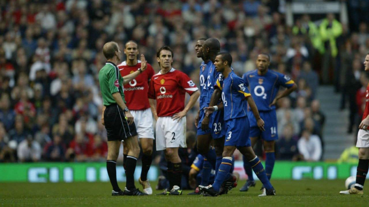 Video Arsenal bị MU 'ăn cướp' chuỗi trận bất bại năm 2004 gây sốt