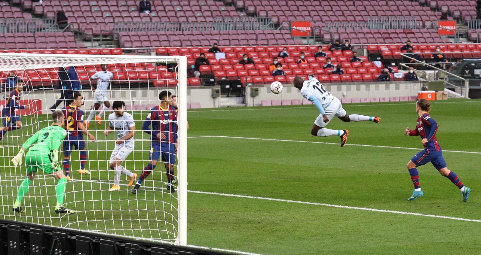 Barcelona 2-2 Valencia. Ket qua bong da La Liga. Messi san bằng kỷ lục của Pele