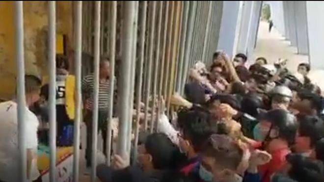 CĐV chen lấn xô đẩy để mua vé trận Hải Phòng vs Hà Nội