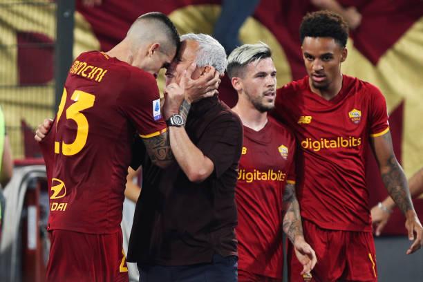 ket qua bong da, ket qua bong da Ý, Roma 2-1 Sassuolo, Mourinho, Mourinho ăn mừng, Roma, Sassuolo, bảng xếp hạng bóng đá Ý, lịch thi đấu bóng đá Ý hôm nay