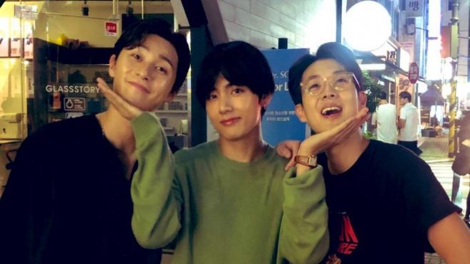 V BTS dành kỳ nghỉ 'lênh đênh' trên biển cùng 2 người bạn thân