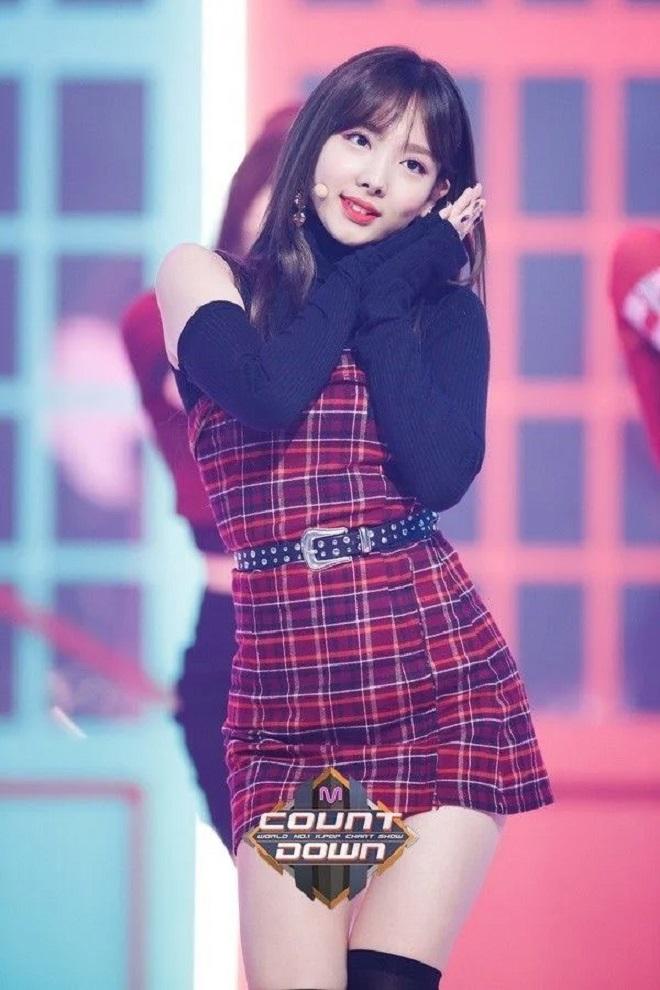 Nayeon, Twice, Nayeon là nữ hoàng thời trang, Nayeon trong trang phục kẻ caro, More & More, phong cách thời trang của Nayeon, gu thời trang của Nayeon