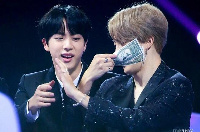BTS, Jin BTS giả nghèo, Jin buôn bán mọi thứ, Jin kiếm tiền mọi lúc, BTS Jin, triệu phú Jin, Jin giàu có, tài sản của jin, BT21, tập 105 của Run BTS, Jin buôn bán