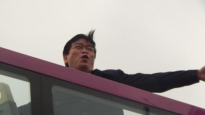 Bố Xuân Trường bắt nhịp CĐV hô vang Việt Nam vô địch