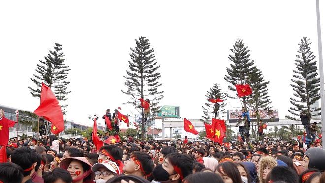 CĐV leo cây, trèo nóc ô tô cổ vũ U23 Việt Nam