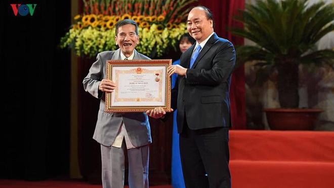 VIDEO: Nghệ sĩ Trần Hạnh xúc động khi nhận danh hiệu NSND