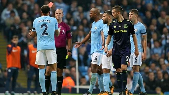 Trọng tài bắt trận Man City - Everton bị chỉ trích nặng nề vì hai chiếc thẻ đỏ 'khó hiểu'