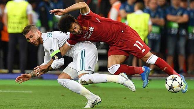 Salah vẫn phải băng bó vai, fan Liverpool lại nguyền rủa Sergio Ramos