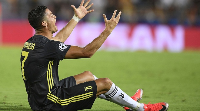 Valencia 0-2 Juventus: Trọng tài có sai lầm khi rút thẻ đỏ trực tiếp đuổi Ronaldo?