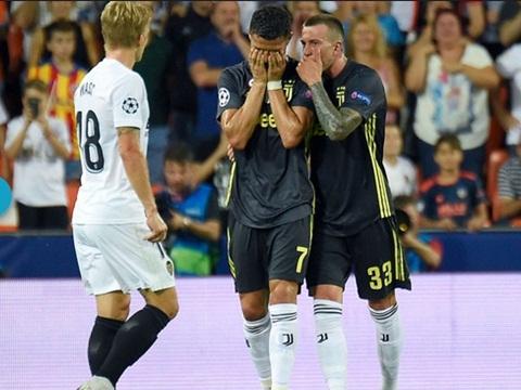 Valencia 0-2 Juventus: Trọng tài có sai lầm, rút thẻ đỏ trực tiếp đuổi Ronaldo?