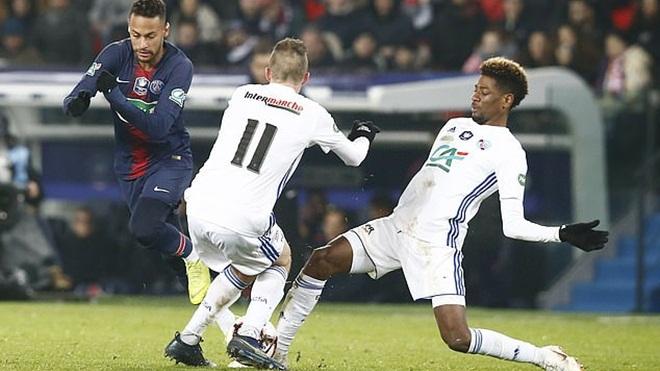 Neymar lại trêu ngươi đối thủ và 'ăn đòn', có thể lỡ trận gặp M.U
