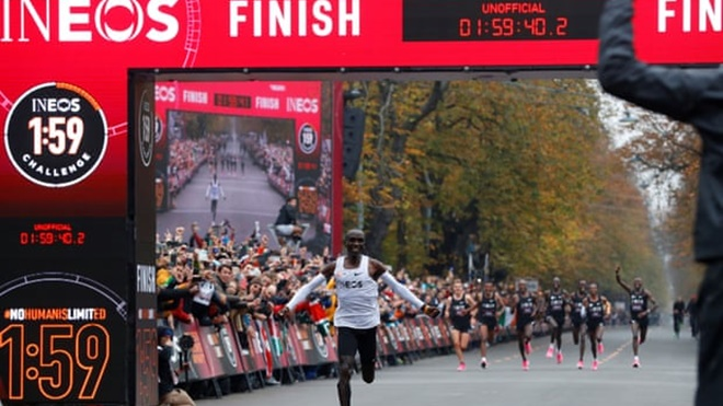 KỲ TÍCH: VĐV người Kenya chạy marathon dưới 2 giờ, đi vào lịch sử điền kinh thế giới