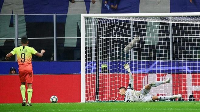 Atalanta 1-1 Man City: Gabriel Jesus gây sốc với cú đá 11m tệ chưa từng thấy