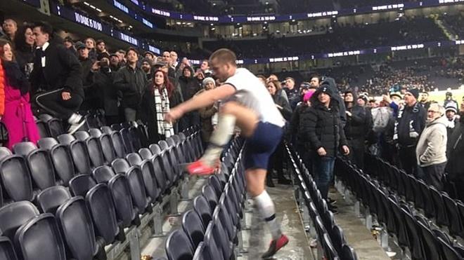 Eric Dier gây sốc khi trèo lên khán đài đòi 'ăn thua' với CĐV sau trận thua của Tottenham