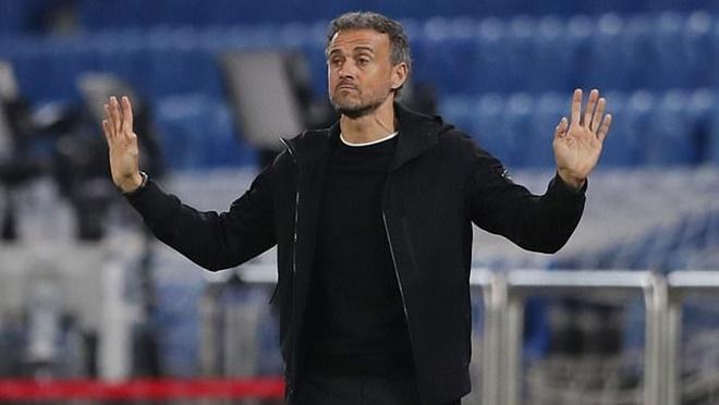 Luis Enrique gây sốc khi không biết Thụy Sĩ đá thiếu người trước Tây Ban Nha