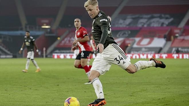 Van de Beek 'khoe' mắt cá sưng vù sau lần đá chính đầu tiên cho MU