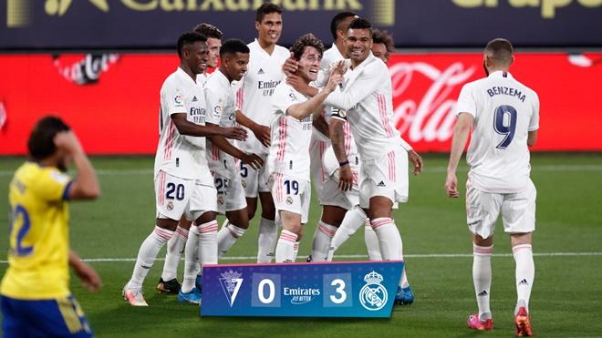 Cadiz 0-3 Real Madrid: Benzema rực sáng, Real Madrid chiếm ngôi đầu Liga